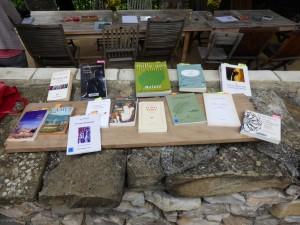 Les ouvrages et lectures émaillent les ateliers qu'ils soient sous forme de stage, comme ici en Provence, ou réguliers à l'année.